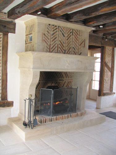 L 39 atelier de la pierre artisan tailleur de pierre nos chemin es en pierre - Cheminee rustique avec insert ...